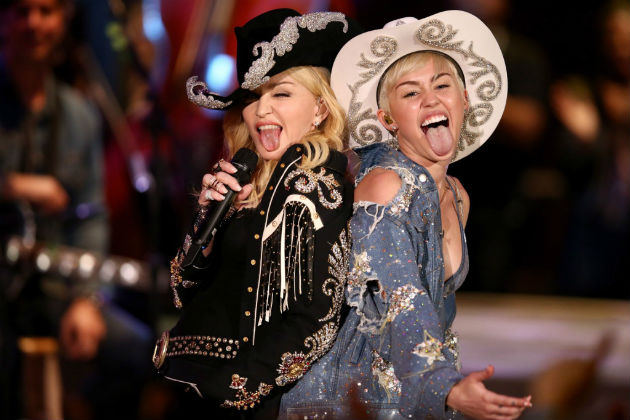 A két popénekesnő az MTV felvételén Los Angelesben 2014. január 28-án. (MTI/AP/Sandy M. Cohen)