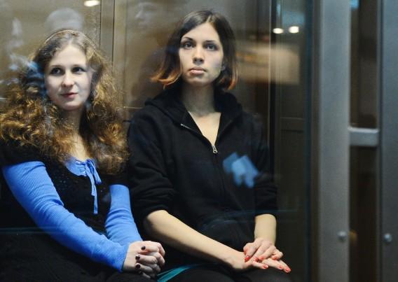 Maria Alekhina és Nadezhda Tolokonnikova (Fotó: Natalia Kolesnikova/AFP/nrc.nl)