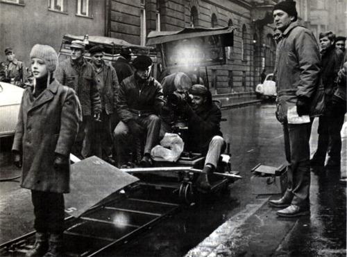 A Szerelmesfilm forgatócsoportja a Tűzoltó utcai kórház előtt. Szabó István rendező (jobbra) és Lőrinc József operatőr (a kamera mögött)