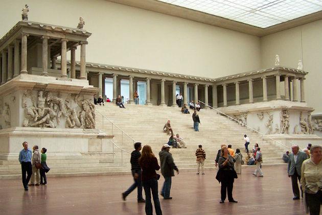 A Zeusz-oltár, a Pergamon Múzeum egyik legmonumentálisabb kincse (Fotó: Wikipedia)