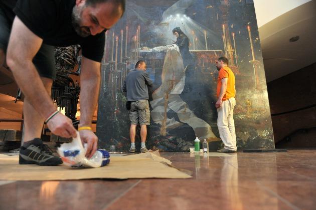 A festmény restaurálása (Fotó: kiralyikastely.hu)