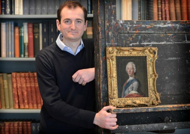 Bendor Grosvenor művészettörténész a megtalált portréval (Fotó: thehistoryblog.com)