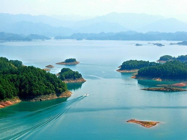 Nem is gondolnánk, hogy a szigetekkel tarkított tó alatt egy teljes város rejtőzik