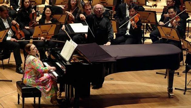 Gennagyij Rozsgyesztvenszkij vezényel, felesége, Viktoria Posztnyikova a zongoránál (Fotó: stcommunities.straitstimes.com)