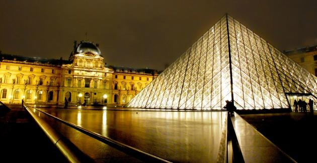 A Louvre üvegpiramisa (Fotó: McPig, Creative Commons)