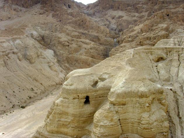 A kumráni barlangok (Fotó: en.wikipedia.org)