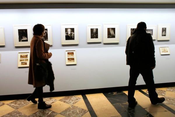 Látogatók a párizsi Brassai kiálltáson (Fotó: Thomas Samson/AFP/Art Daily)