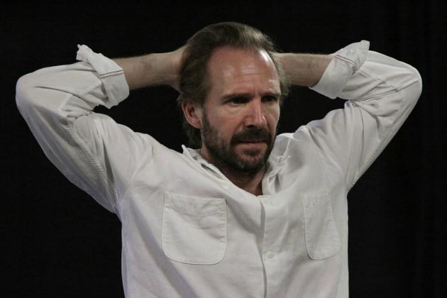 Ralph Fiennes Prospero szerepében Shakespeare A vihar című művében (Fotó: Jim Creighton)