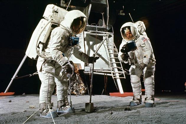 Buzz Aldrin és Neil Armstrong az Apollo 11 bevetés előtti gyakorlaton a Hasselblad kamerával (Fotó: NASA/sterileeye.com)