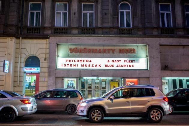 A hó végén bezáró budapesti Vörösmarty mozi az Üllői úton (MTI Fotó: Marjai János)