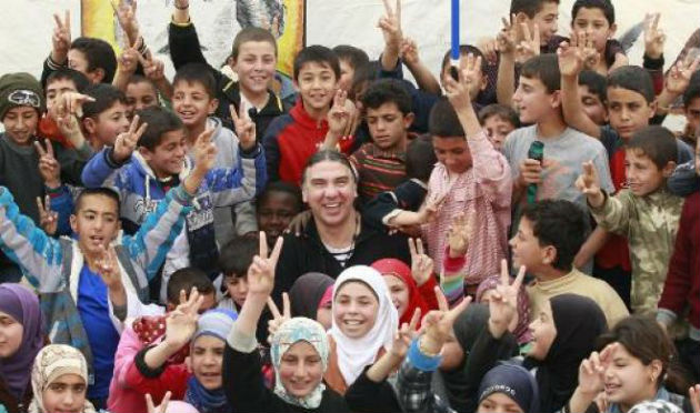 Navvar Bulbul és a szíriai gyerekek (Fotó: www.yourmiddleeast.com/AFP)