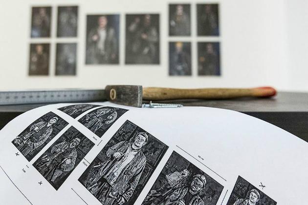 Készülődés a kiállításra (Forrás: Magyar Sajtófotó Facebook-oldala)