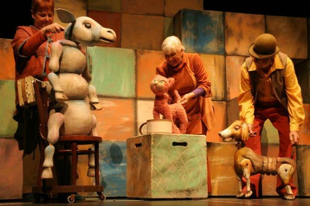 A brémai muszikusok - középen: Szakály Márta (Fotó: budapest-babszinhaz.hu)