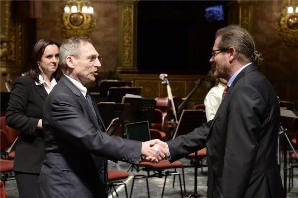 Pintér Sándor belügyminiszter átadja az Ybl Miklós-díjat Potzner Ferenc Péternek (MTI Fotó: Soós Lajos)
