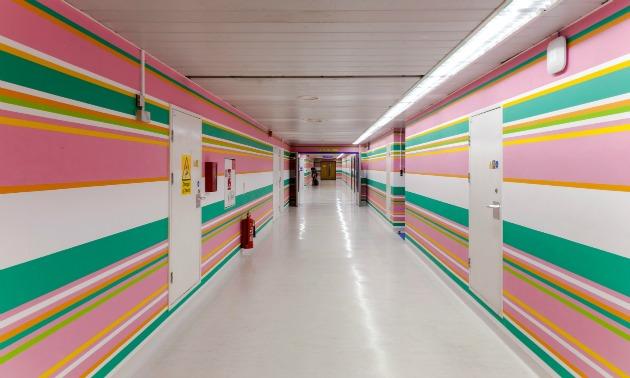 Bridget Riley munkája a St Mary kórház 10. emeletén (Fotó: muckrack.com)