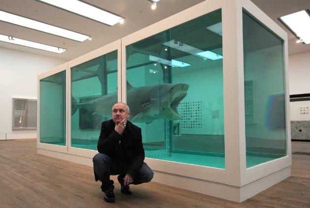 Damien Hirst kedvenc cápájával (Fotó: blog.artsper.com)