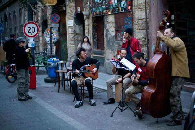 Fesztivál a Kazinczy utcában (Fotó: szimpla-blog.blogspot.hu)