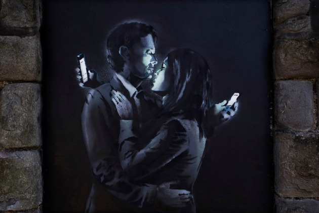 Banksy: Mobile Lovers (Forrás: streetartnews.net)