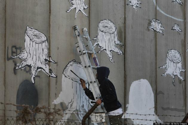 Olasz street art művész fest az izraeli elválasztó falra