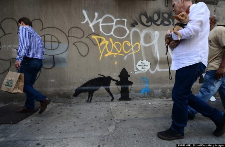 A leghíresebb street art művész, Banksy alkotása mellett sétálnak el az emberek New York utcáin