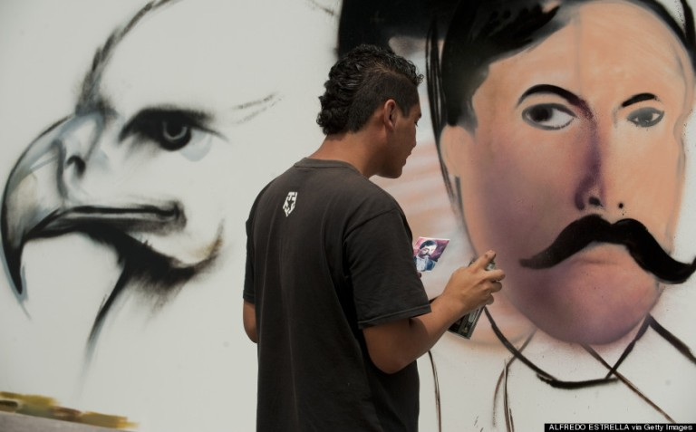 Egy helyi művész dolgozik a híres mexikói forradalmár, Emiliano Zapata arcvonásain