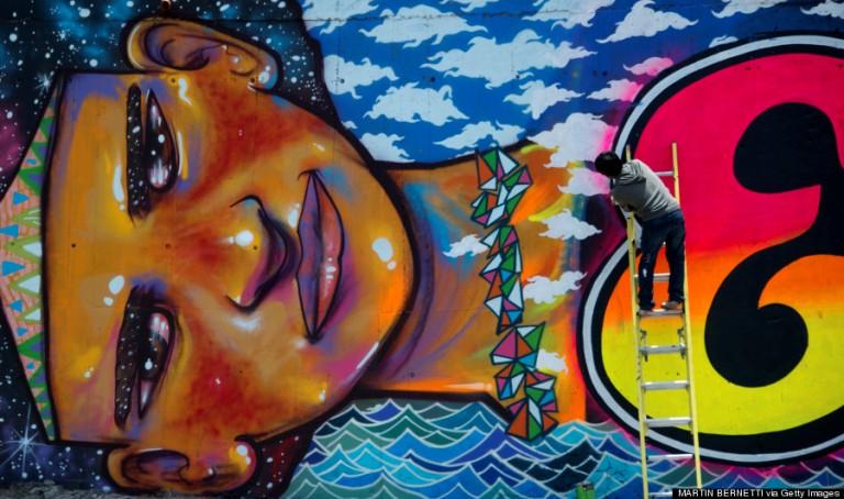 A falfestmény egy városi fesztivál keretében készült a chile-i fővárosban, 2012-ben