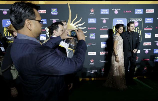 Priyanka Chopra indiai színésznő és John Travolta (Fotó:nola.com/AP Photo/Tampa Bay Times, James Borchuck)