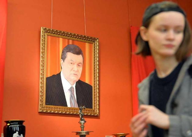 Viktor Janukovics portréja a kiállításon (Fotó: theartnewspaper.com)