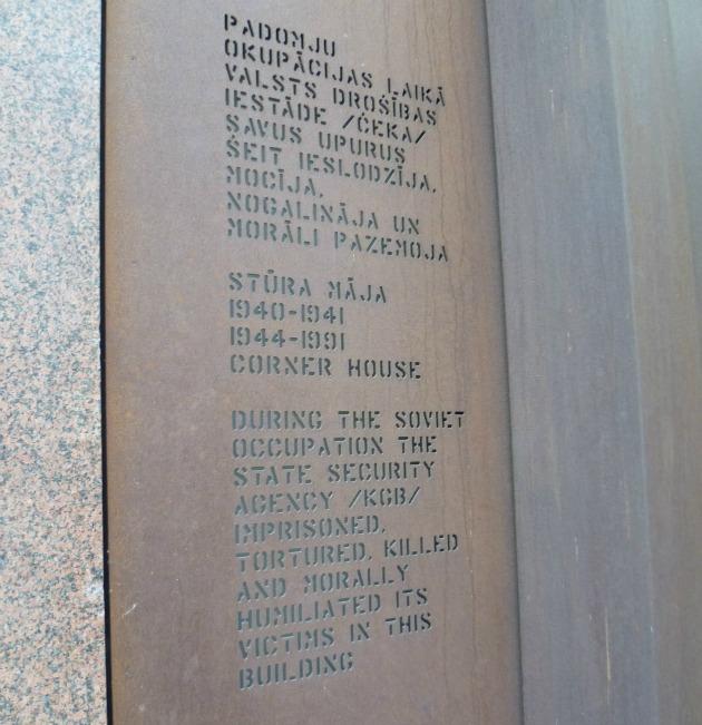 Emléktábla a sarokház mellett