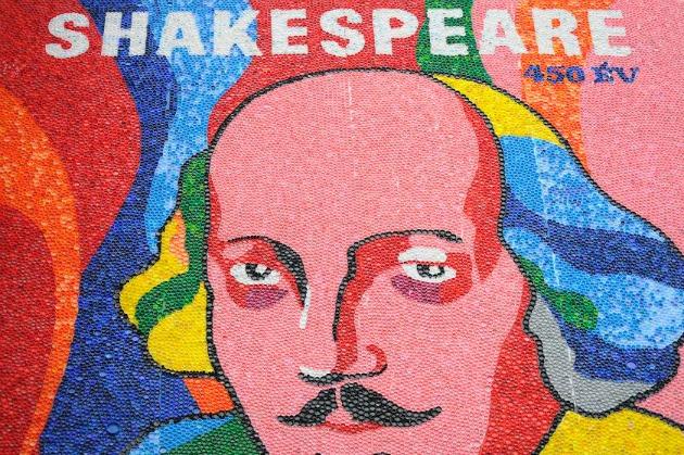 A Shakespeare évfordulóra készült óriásmozaik a Miskolci Nemzeti Színházban (Fotó: MNSZ)