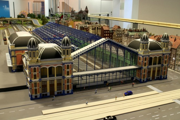Nyugati pályaudvar, a háttérben a Hősök tere és Vajdahunyad vára sejlik fel (Fotó: Miniversum)