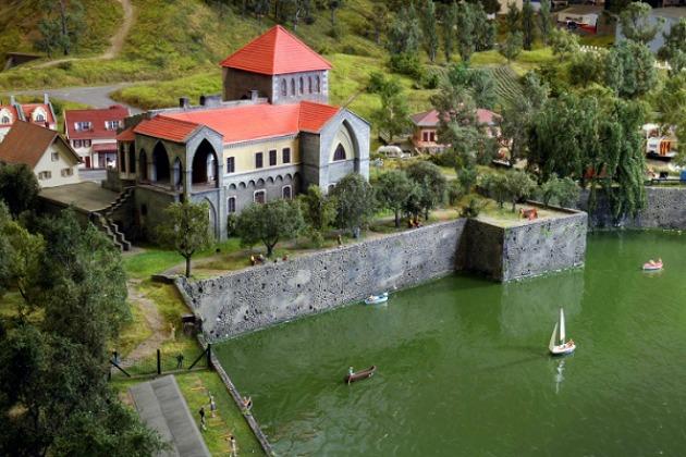 A tatai vár és az Öreg-tó (Fotó: Miniversum)