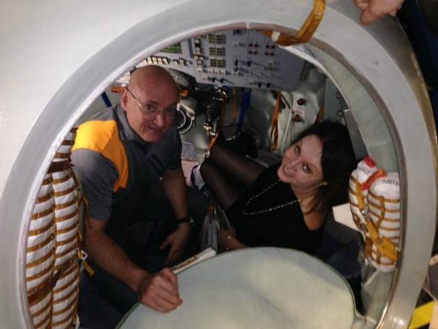 Sarah Brightman első látogatása az űrszimulátorban (Fotó: broadwayworld.com)
