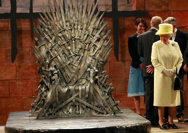 II. Erzsébet brit uralkodó a vastrón mellett (MTI/AP/Peter Morrison)