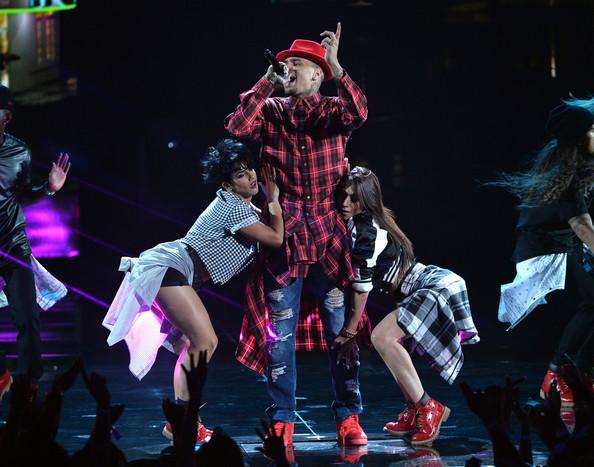 Chris Brown, Lil Wayne & Tyga énekli a Loyalt a BET Awards gáláján (Fotó: rapradar.com)