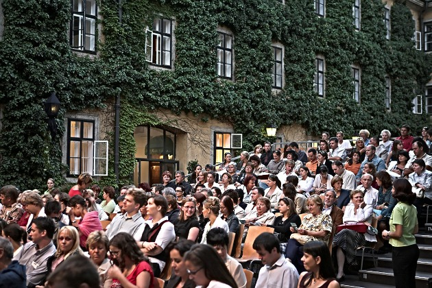 Karamelita Udvar nézőkkel (Fotó: nemzetitancszinhaz.hu)