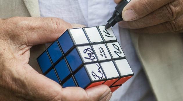 A bűvös kocka feltalálója dedikál egy kockát (MTI-fotó: Ujvári Sándor)