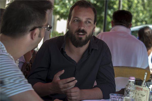 Pálfi György filmrendező interjút ad Mézes Gergelynek (MTI Fotó: Kallos Bea)