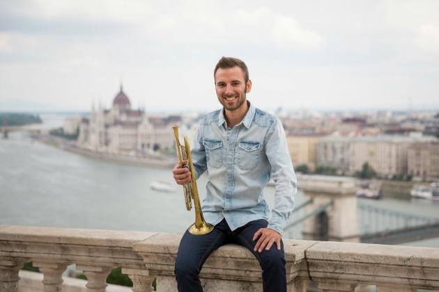 Koós-Hutás Áron dzsessz-trombitás a budai Várban, a Savoyai teraszon (MTI Fotó: Mohai Balázs)