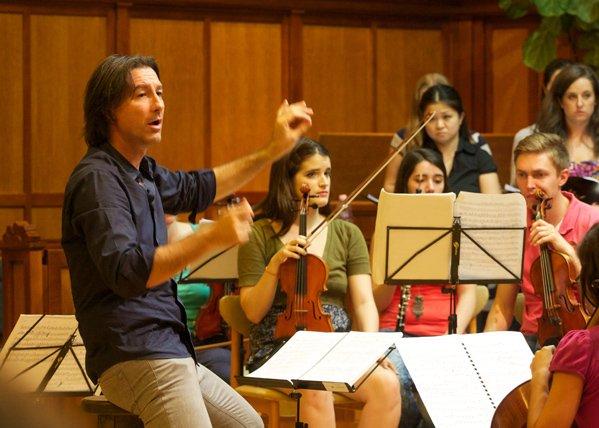 Folyik a próba a világhírű olasz karmesterrel, Paolo Paronival