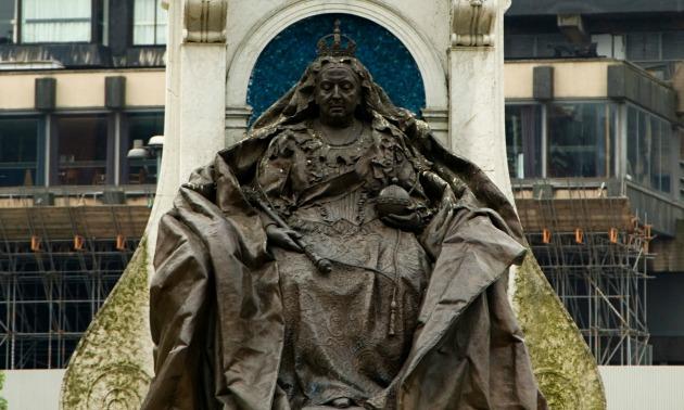 Viktória királynő szobra Manchesterben (Fotó: newslocker.com)