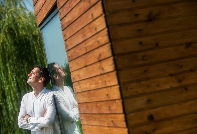 Gutai Mátyás építészmérnök áll találmánya, egy vízház mellett Kecskeméten (MTI Fotó: Ujvári Sándor)
