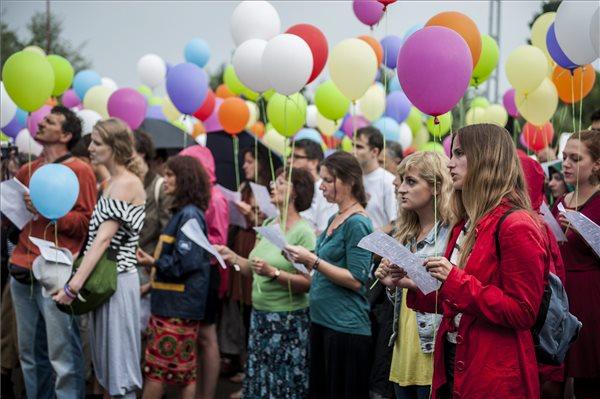 Fesztiválozók énekelnek Cseh Tamás zeneszerző halálának ötödik évfordulóján (MTI Fotó: Sóki Tamás)