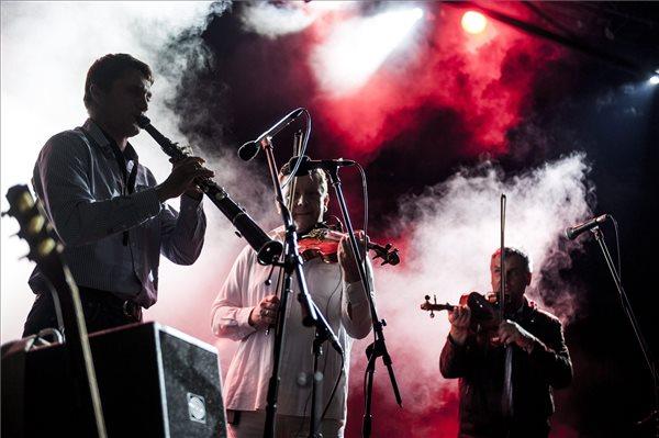 Makó Péter fúvós zenél a Csík zenekar koncertjén (MTI Fotó: Sóki Tamás)