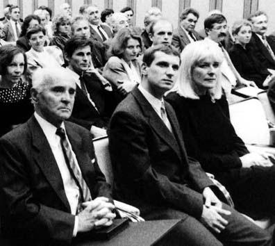 Borbándi Gyula (a kép bal oldalán) 1992-ben, ölében a Bethlen Gábor-díjjal (Fotó: szazaktanacsa.hu)