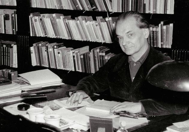 Keresztury Dezső dolgozószobájában 1968 körül (Fotó: Katkó István/nyugat.oszk.hu)