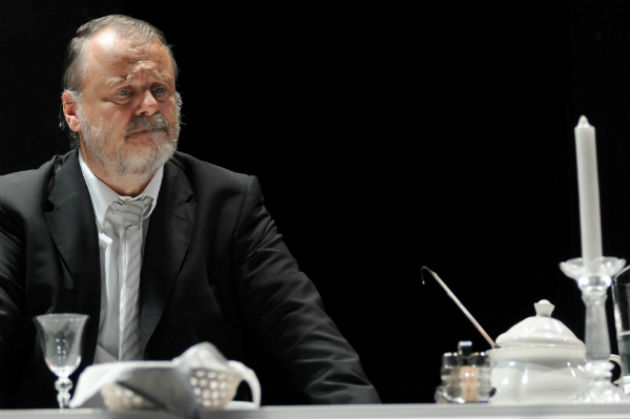 Máté Gábor Robert Schuster professzor szerepében - Thomas Bernhard: Heldenplatz (Fotó: katonajozsefszinhaz.hu)