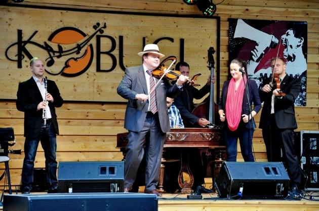 Szalonna és Bandája a sajtótájékoztatón zenél, a Kobuci Kertben (Fotó: Rick Zsófi)