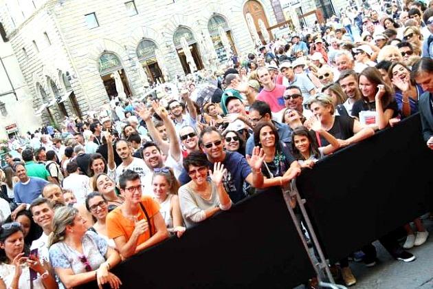 Közönség a Palazzo Vecchio előtti téren