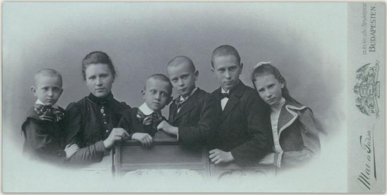 Mai Manó és Társa: Családi csoportkép, 1895 (forrás: fotó: maimanohaz.blog.hu)